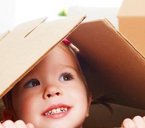 حمل اثاثیه منزل کنار کودکان